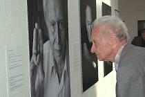 Vojmír Srdečný, bývalý vězeň tábora Sachsenhausen, se dívá na portrét Felixe Kolmera, který prošel hned několika koncentráky a svou pouť nastoupil v Terezíně.