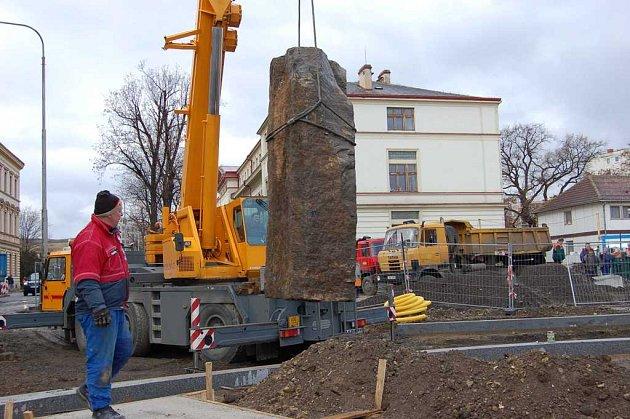 Obří znělcové kameny z Dubičné již jsou na svém místě.