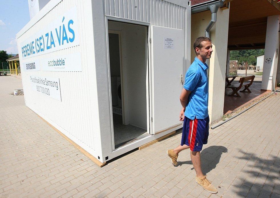 Obyvatelé Českých Kopist i okolních míst, která postihla letošní povodeň, mají možnost vyprat si své prádlo v mobilní prádelně.