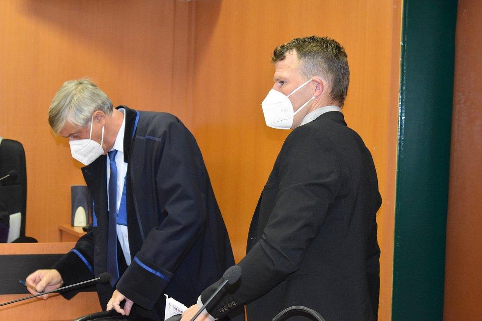 Obžalovaný dozorce Jaroslav Nepovím (v černém obleku) s obhájcem Pavlem Polákem u Okresního soudu v Litoměřicích.