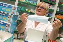 Vedoucí litoměřické Lékárny Orchidej Miroslava Čapková ukazuje, že jednorázových ústenek mají v prodejně dostatek.