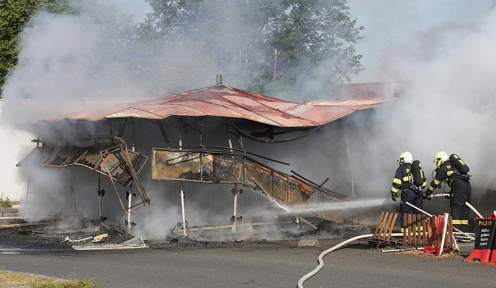 Stánek s občerstvením na parkovišti u Malé pevnosti v Terezíně lehl popelem.