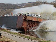 Šedesát metrů dlouhou středovou sekci tankeru, který bude pod dokončení brázdit vody evropských vnitrozemských kanálů, spustili úspěšně na vodu pracovníci loděnice Barkmet u Lhotky nad Labem.