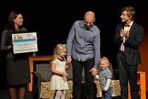 Předání šeku: zleva Margita Šantavá, ředitelka CPNRP, Roman Munčinský se svými dětmi a Tomáš Hart, moderátor a herec Mladivadlo LTM.