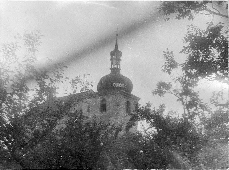 Srpen 1968 v Zahořanech. Na věži je obrovský nápis DUBČEK.