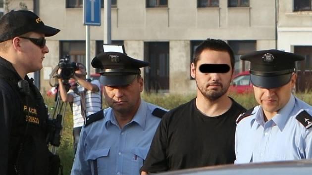 Údajného únosce dvou dětí přivezli policisté k ústeckému soudu