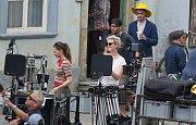 Natáčení hollywoodského štábu novozélandského režiséra Taika Waititiho (ve žlutém klobouku) v Úštěku.