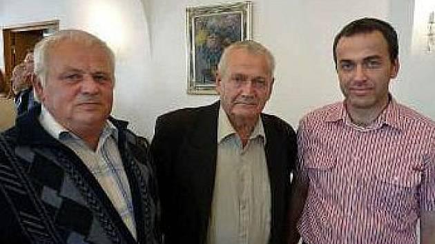Nestoři štětského veslování Václavové Kočí a Kurfirst se současným předsedou klubu Michalem Kurfirstem.