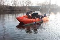 Policejní potápěči společně s kolegy z poříčního oddělení Labe a krajskou zásahovou jednotkou vyzvedli ze dna Labe zbytek trosek malého letadla, které se do řeky zřítilo loni v listopadu.