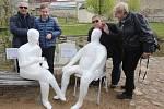 Papírové sochy stálých klientů byly rozmístěny v různých částech města.