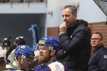 Trenér Daniel Tvrzník a hokejisté Stadionu Litoměřice. V pozadí druhý trenér David Bruk.