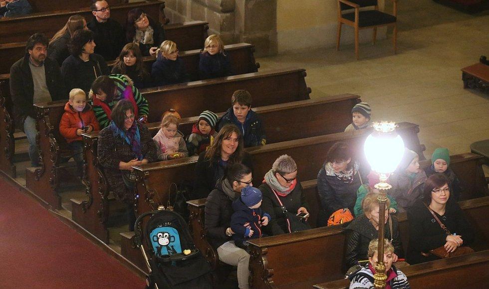 Již popáté se ve středu 11. listopadu večer vydal lampionový průvod z Knihovny K. H. Máchy na Mírovém náměstí v Litoměřicích po stopách bělouše ke katedrále sv. Štěpána.