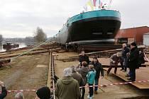 Tanker Steinburg dosedl u Lovosic úspěšně na hladinu