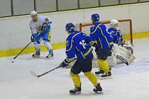 Hokejisté Roudnice (v modrém)