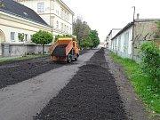Provizorní opravu Tovární ulice provedli pracovníci technických služeb ve čtvrtek 4. května.
