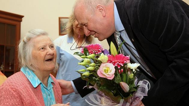 Domov důchodců v Milešově: Rozálie Kočárková zde oslavila 105 narozeniny.