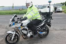 Policista na motocyklu, kterého pachatel srazil, naštěstí neutrpěl žádná zranění.