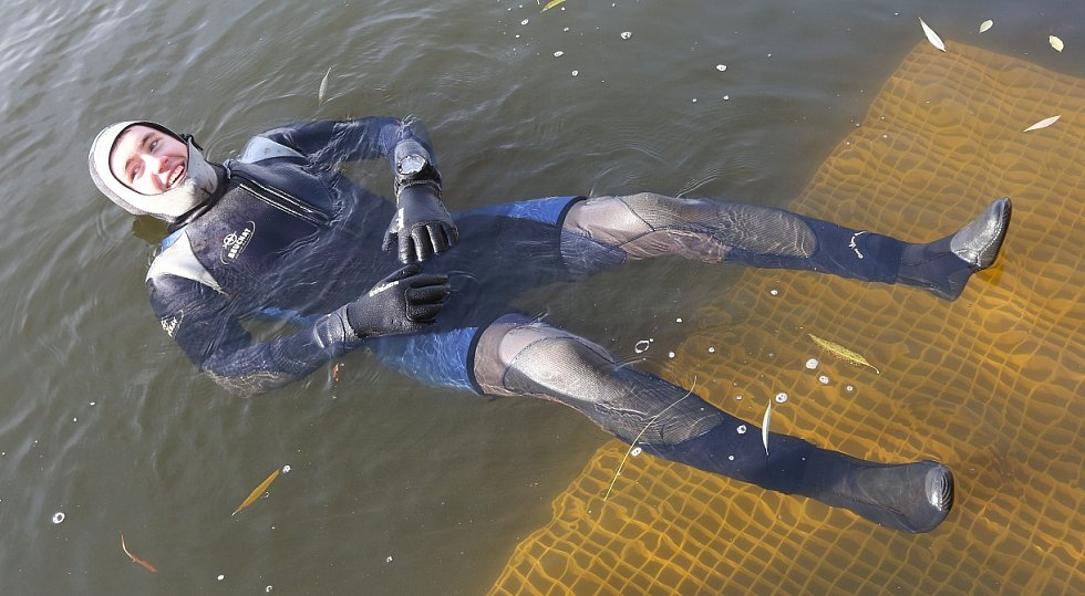 Potápěči zamykali a uklízeli jezero v Píšťanech