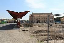 Revitalizace autobusového nádraží a přilehlého parkoviště v Libochovicích by měla skončit do konce letošního roku.
