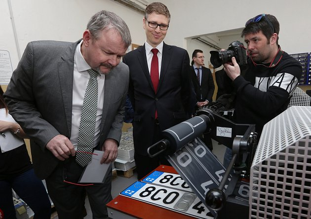 Na výrobu registračních značek pro motorová vozidla ve Štětí se přijel podívat ministr Dan Ťok.