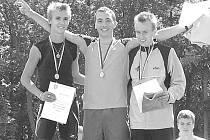 Parádně si vedli lovosičtí atleti při republikovém šampionátu v Kladně, kde získali pět zlatých medailí. A hned dvě Jakub Živec (uprostřed), který se takto radoval na stupních vítězů.