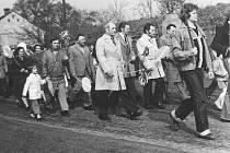 NE KAŽDÝ SE V PRŮVODU RADOVAL. Obyvatelé, pracovní kolektivy, brigády socialistické práce, školy, sportovci – ti všichni vyráželi k prvomájovým oslavám do Terezína. Pro mnohé to byl výlet do sousedního města, jiní byli z každoroční povinnosti otrávení.