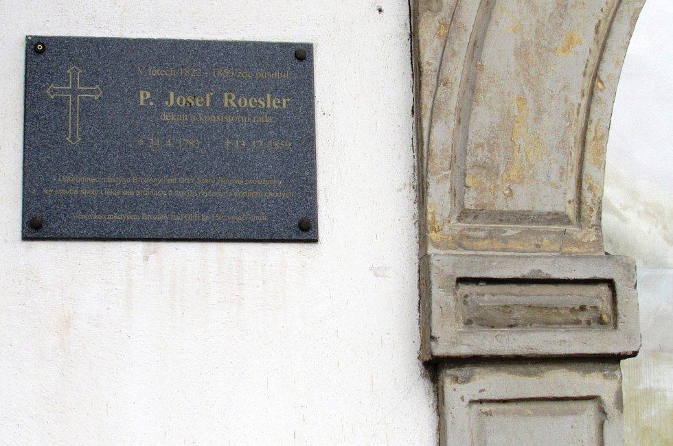 Brozany nad Ohří se mohou pochlubit řadou nemovitých kulturních památek. Na snímku je kostel svatého Gotharda.