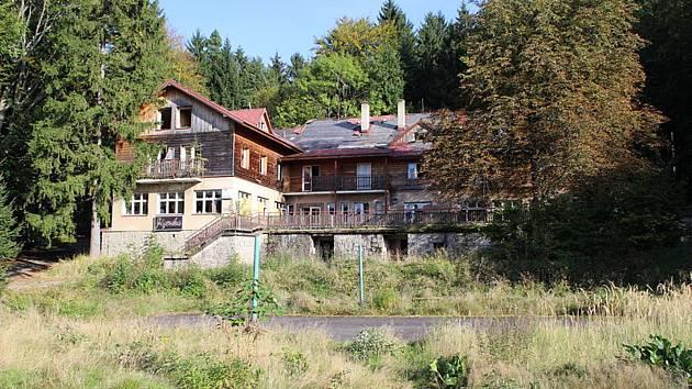 Chátrající chata Jizerka u Lázních Libverda na snímku Jana Poláka z roku 2004.