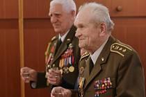 Setkání válečných veteránů s hejtmanem v Chotiněvsi.
