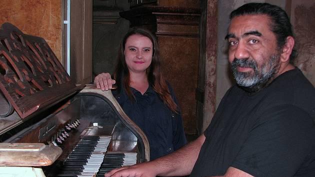 SE SKLADATELEM, klavíristou a dirigentem Kolomanem Polákem a jeho partnerkou, sopranistkou Zuzanou Rašiovou, se budou setkávat posluchači festivalu celých sedm dní.