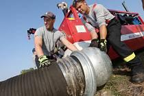 S obřím čerpadlem cvičili noví hasiči. Seznamovací cvičení proběhlo v úterý dopoledne u Labe v Litoměřicích.