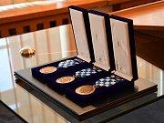 Městská policie v Litoměřicích si v letošním připomíná 25 let od založení. Při té příležitosti předal tento týden starosta města Ladislav Chlupáč všem strážníkům pamětní medaile.