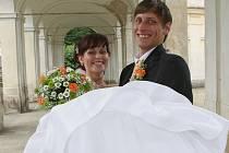 Na snímku novomanželé Myšákovi z Křešic, kteří si na ploskovickém zámku řekli své ANO jako jedni z prvních snoubeneckých párů.