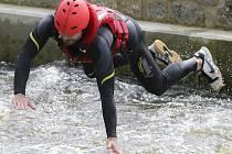 Na čtyřicet příslušníků IZS se sešlo na kanále v Roudnici, aby se naučili lépe pohybovat na vodě i v ní