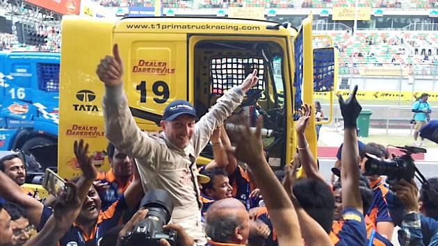 Jako hollywoodská star si musel připadat roudnický jezdec David Vršecký, kterého indičtí fanoušci po vítězství nosili na rukou.