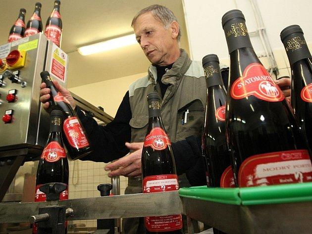 Ředitel vinařství v Roudnici Jan Podrabský kontroluje správné nalepení etiket a celkovou čistotu láhví s vínem.