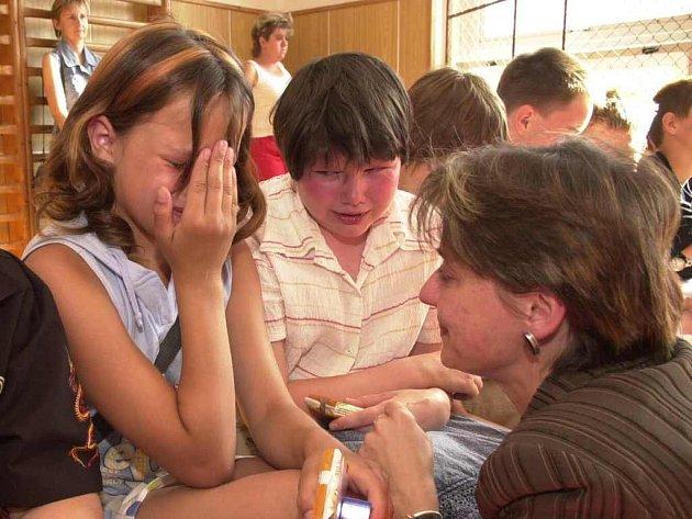 Když se v Žitenicích kvůli zavírání školy rozdávalo poslední vysvědčení, tekly slzy proudem.