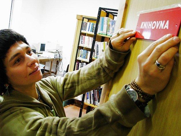 PŘÍPRAVY NA OTEVŘENÍ. Knihovna v Solanech zahájí zkušební provoz v úterý 16. prosince. Nyní probíhají v objektu bývalé školy poslední přípravy. Knihy jsou již na místě. Stálý fond čítá  1100 knih.