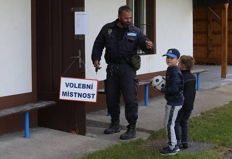 Voliči chodili i v okrajových obcích jako jsou Medvědice, které patří spádově pod město Třebenice.