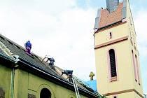 MÍROVÝ KOSTEL v Lovosicích prochází postupnou rekonstrukcí. Po věži se letos dočkal nové střechy na lodi.