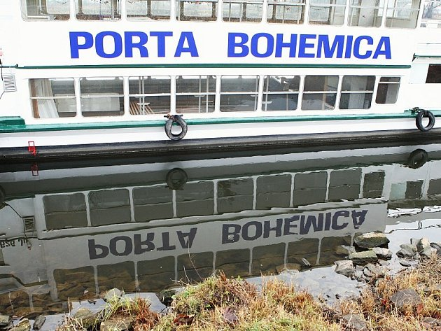 STÁLE V LITOMĚŘICÍCH. Loď Porta Bohemica dosud kotví v Litoměřicích. Vykradena nebyla a prochází opravami. Její majitel podle svých slov čeká na bezpečný vodní stav pro přepravu plavidla do loděnice v Děčíně.