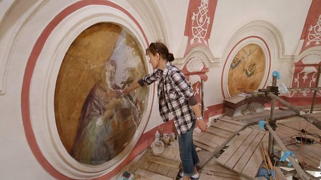 Nástěnné malby v kostele Všech svatých v Rohatcích na Litoměřicku restaurují akademické malířky Eva Votočková a Anna Svobodová