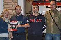 Zleva Vítězslav Lisec, starosta SDH Třebenice, Vladimír Novotný, velitel, Petr Majer, hlavní strojník a redaktorka Lenka Šipošová