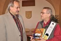 Adolfu Škardovi ve čtvrtek pogratuloval také starosta Litoměřic Ladislav Chlupáč.
