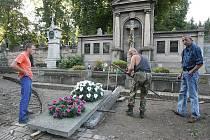 Šetření vykradené biskupské hrobky.