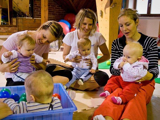 Cvičení maminek s dětmi, ilustrační foto.