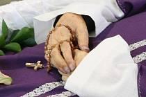 V době pohřbu měl biskup Koukl zlatý řetěz a prsten ještě na sobě.