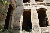 BUDE ZA PLOTEM. Podle stavebního úřadu je vila Veveří u cesty z Litoměřic na Radobýl v havarijním stavu a tudíž nebezpečná. Chátrající soukromá budova je přitom místem častých návštěv milovníků historie, dobrodruhů i zvědavců. Město ji nyní nechá oplotit.