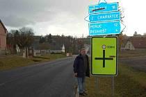 Starosta Mšeného – lázní Josef Bíža ukazuje dopravní značení, které upozorňuje na objížďku. Mnozí řidiči jej přehlížejí, po několika desítkách metrů se pak musejí otáčet. Objízdná trasa  je vedena ve směru na Ředhošť.