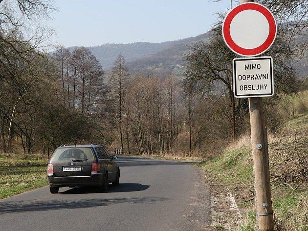 DOPRAVNÍ ZNAČKY ve směru od Tlučně na Sebuzín matou řidiče nyní stejně, jako na začátku dubna, kdy byl pořízen snímek.